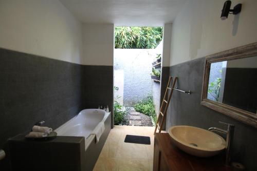 Salle de bains dans l'établissement Tabuana Villa Ubud