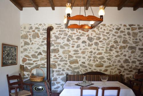 A restaurant or other place to eat at Epavlis Iosif