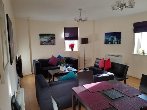A seating area at Apartment Town Centre - 2 bed, 2 bath