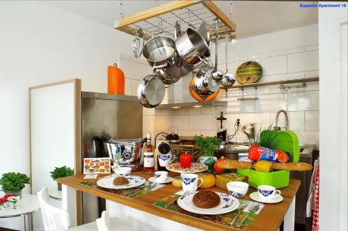 A kitchen or kitchenette at Luxury Apartments Delft I Golden Heart