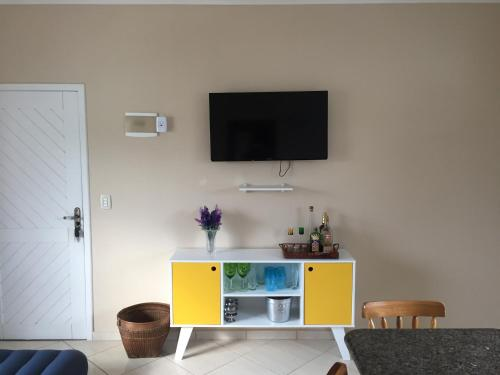 A television and/or entertainment center at Apartamento 30 metros do mar na prainha
