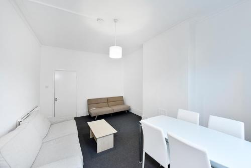 A seating area at 2 Bed Flat, Park Road, Crouch End