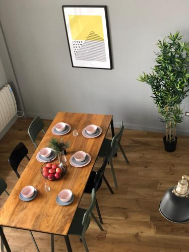 A restaurant or other place to eat at 4B Loft Penthouse Industrial decor with canal & city views