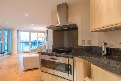 A kitchen or kitchenette at Stunning flat overlooking the Thames