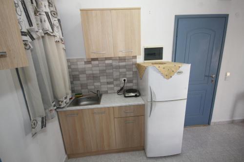A kitchen or kitchenette at Maistrali Studios