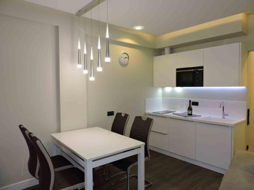 A kitchen or kitchenette at Emilia Gold Apartment