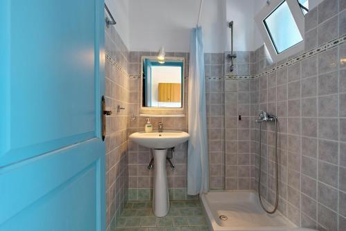 A bathroom at Mikro Nisi Studios