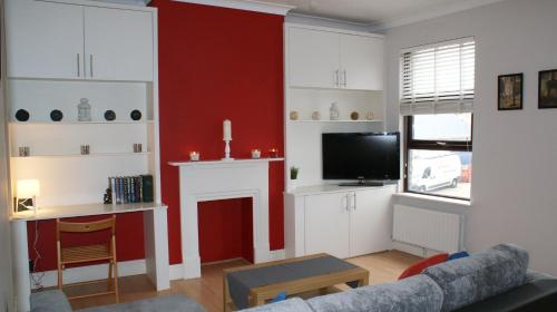 A television and/or entertainment center at 2 Bed Flat in Wimbledon