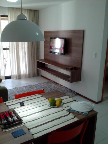 A television and/or entertainment centre at Apartamento Iloa Resort