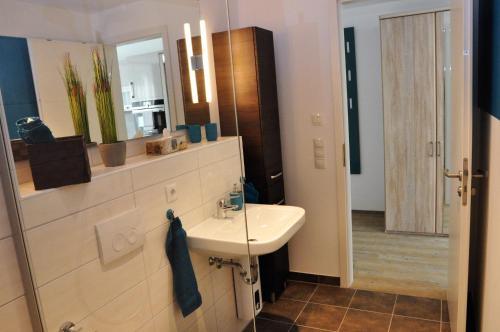 A bathroom at Apartments am Freizeitpark