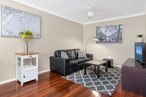 A seating area at Sensational 1 Bedroom Apartment in New Farm