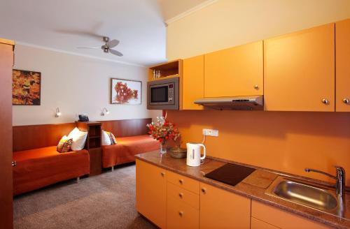 A kitchen or kitchenette at Anyday Apartments