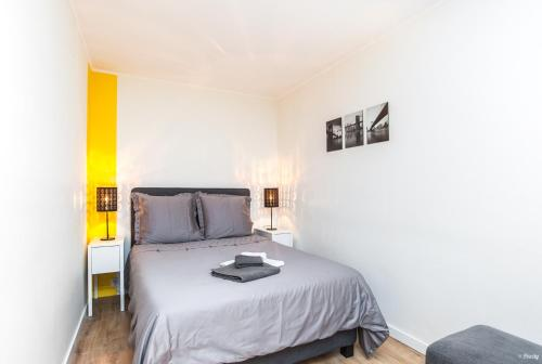 A bed or beds in a room at Appt standing avec parking privé Aéroport Airbus