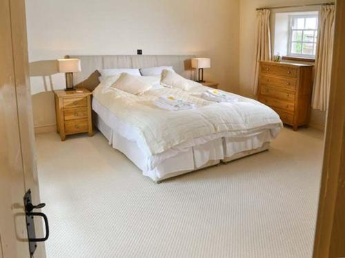 A bed or beds in a room at Park House Cottage