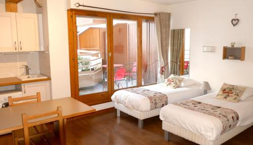 A bed or beds in a room at Le Grand Chalet - Le Studio