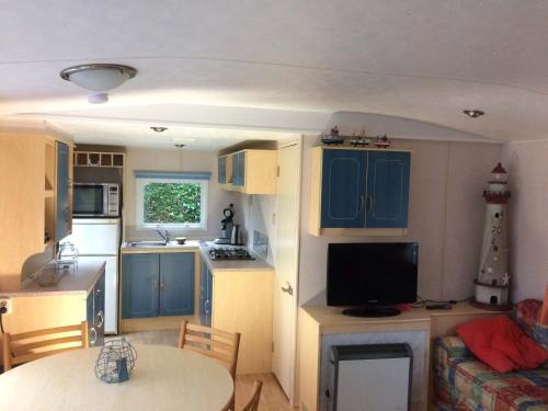 Een keuken of kitchenette bij Minicamping Hoeve het Tij