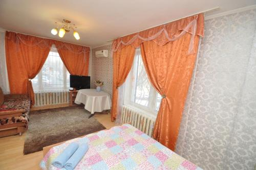 A bed or beds in a room at Apartment Na Shmitovskom Proyezde