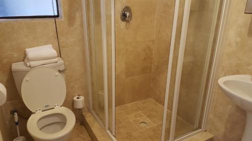 A bathroom at 40 Froetang