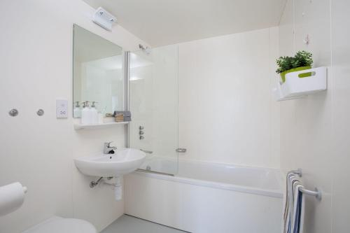 A bathroom at Chalmers Street - The Meadows (Campus Accommodation)