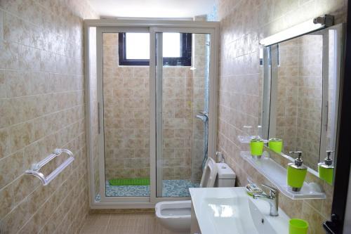 A bathroom at Hotel Residence Kakatar