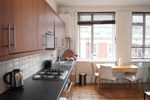 A kitchen or kitchenette at 2 Bedroom Flat in Central Brixton