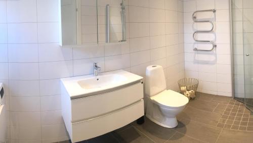 Ett badrum på Smedjan Lägenhetshotell