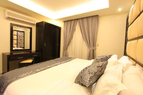 A bed or beds in a room at Golden Prince Al Sulaimania Hotel