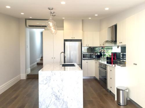 A kitchen or kitchenette at Luxury House In Bondi Junction