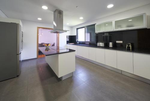 A kitchen or kitchenette at Funchal View Apartments