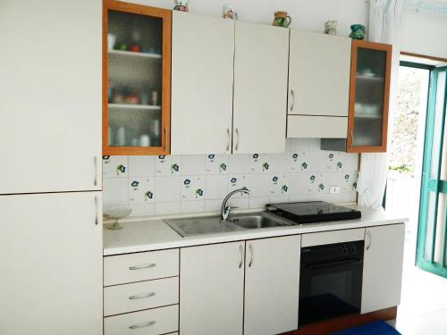 A kitchen or kitchenette at Locazione turistica Sunrise.1