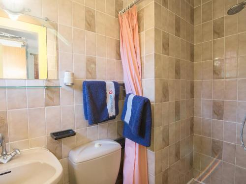 A bathroom at Apartment Les Hesperides