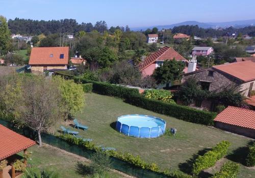 Uitzicht op het zwembad bij Casona de Lubre of in de buurt