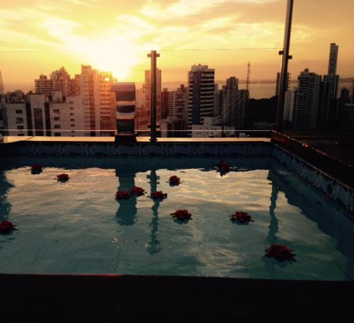 The swimming pool at or close to SSA001 - Cobertura de luxo para 2 pessoas em Salvador
