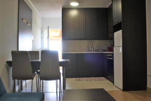 A kitchen or kitchenette at Cozy Stay Apartment