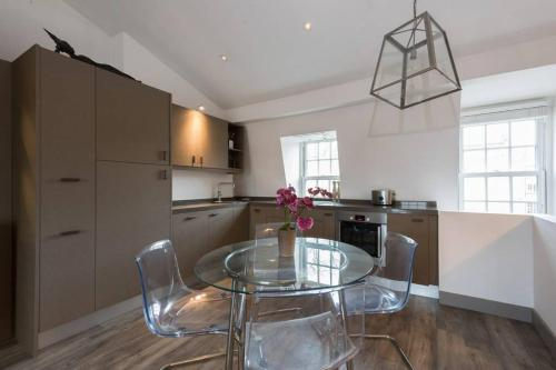 A kitchen or kitchenette at Interior Designed Chelsea 3 bed Apartment London