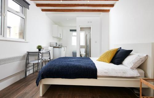 Ein Bett oder Betten in einem Zimmer der Unterkunft Charmstay Apartments