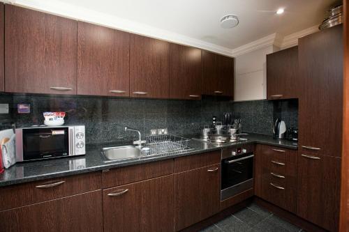 מטבח או מטבחון ב-Sanctum International Serviced Apartments