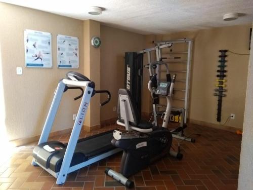 The fitness center and/or fitness facilities at Apartamento/Flat na Ponta da Areia (Praia) por Temporada