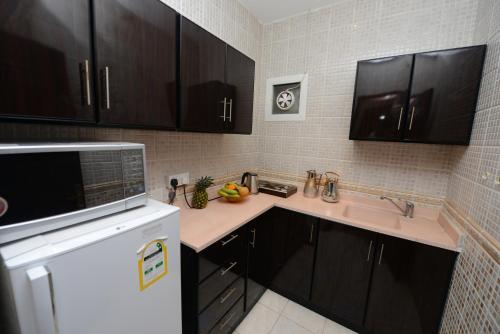 A kitchen or kitchenette at Hotelier Al Sulaymaniyh