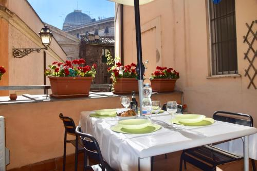 A restaurant or other place to eat at Cuore di Roma Apartment
