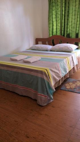 Ein Bett oder Betten in einem Zimmer der Unterkunft Elsa's Beach House Cottages and Restaurant