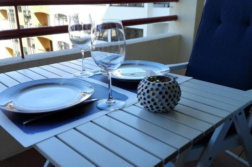 A restaurant or other place to eat at Spacious Cascais Apartment with Rooftop Pool