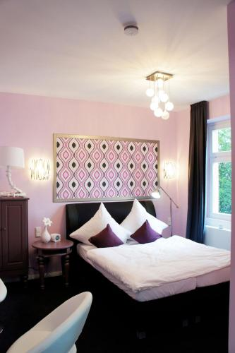 A bed or beds in a room at Kleine Villa Frankfurt