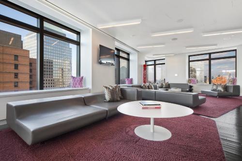 Ein Sitzbereich in der Unterkunft Oakwood at the Residences at W New York Downtown