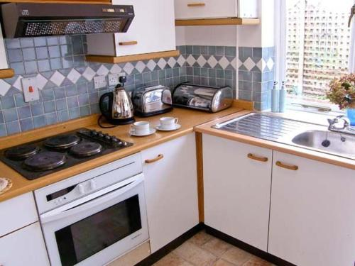 A kitchen or kitchenette at The Cottage, Whitchurch