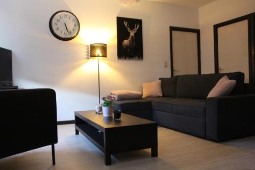 A seating area at Appartement la Fontaine