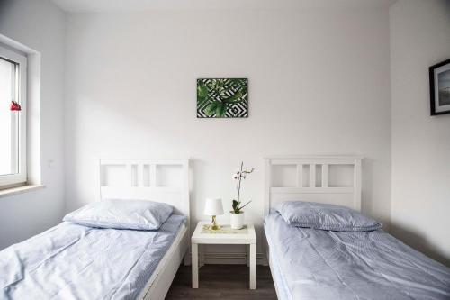 سرير أو أسرّة في غرفة في Blue apartment