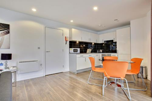 A kitchen or kitchenette at TheHeart Apartments by BridgeStreet