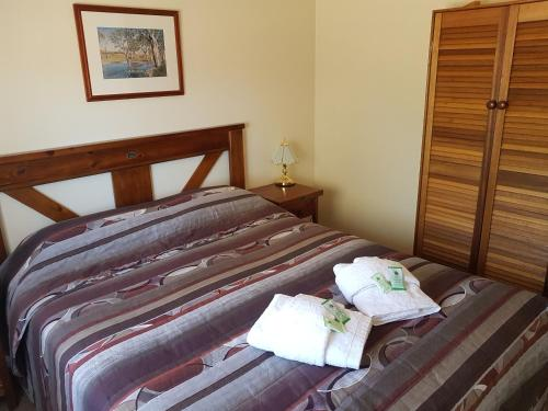 A bed or beds in a room at Windana Cottages