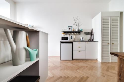A kitchen or kitchenette at Trendy Local Apartment